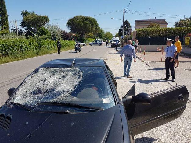L'auto con il parabrezza sfondato (Foto Migliorini)