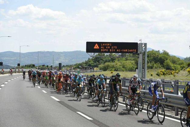 Un momento del Giro in autostrada