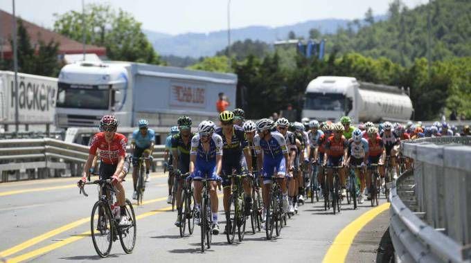 Un momento del passaggio del Giro dall'autostrada