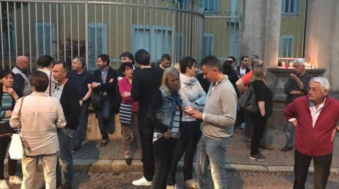 I cittadini davanti al municipio