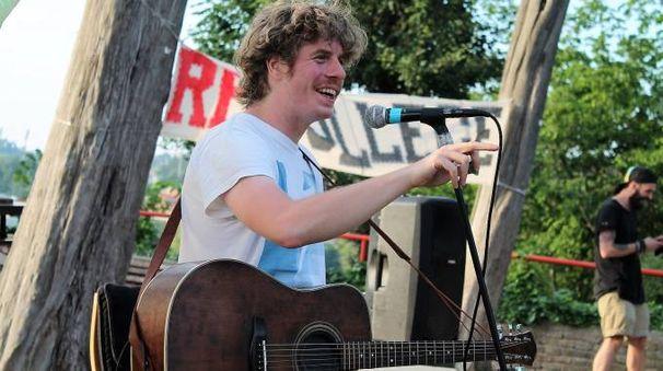 Lodo Guenzi, cantante de Lo Stato Sociale, durante la sua esibizione al Re-college