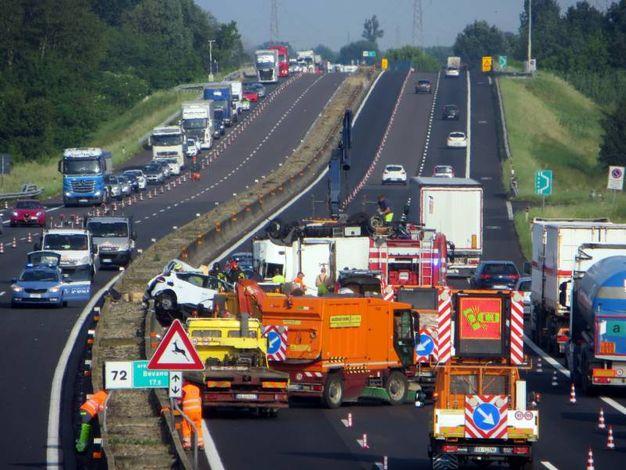 Due auto e un camion sono rimasti coinvolti in un terribile incidente sull'autostrada A14 (foto Veca)
