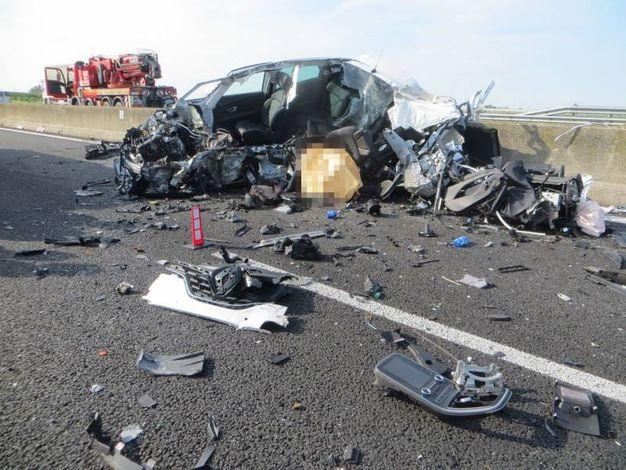 Quel che resta delle auto coinvolte nello schianto in A14 (foto Veca)