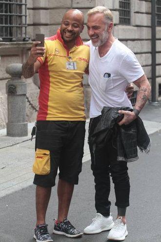 Gianluca Vacchi in via Montenapoleone (Lapresse)