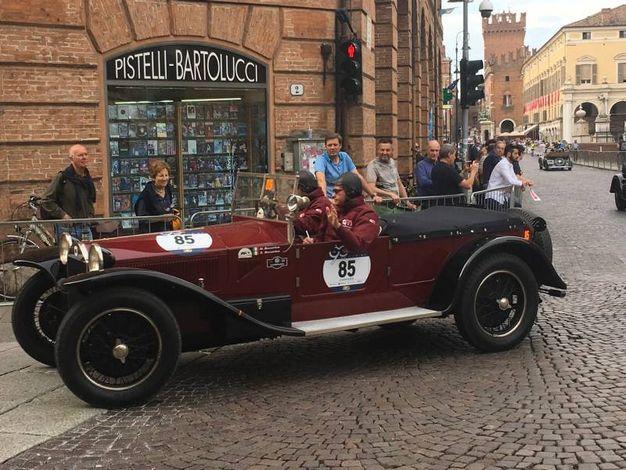 Le auto storiche della Mille Miglia nel cuore di Ferrara