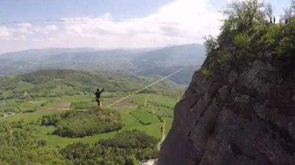 Uno 'slackler' sospeso a cento metri da terra, sullo strapiombo della Pietra di Bismantova (Dire)