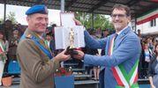 Il momento della consegna del Nettuno con il sindaco Merola e il colonnello Proietti, comandante del reggimento (foto Schicchi)