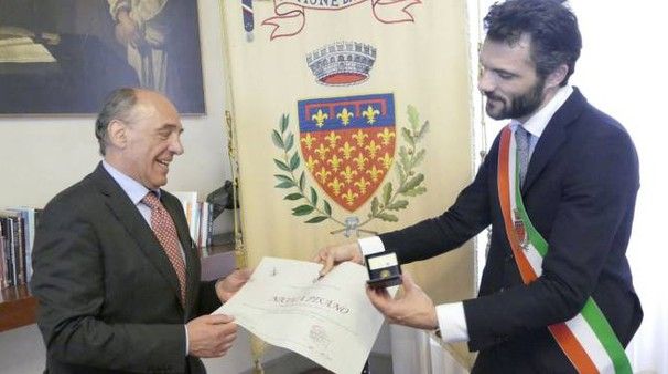 Il sindaco Biffoni consegna il Gigliato d'oro a Nicola Pisano (foto Attalmi)