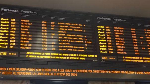 Gravi ritardi in stazione: una donna è stata investita da un regionale a Ozzano