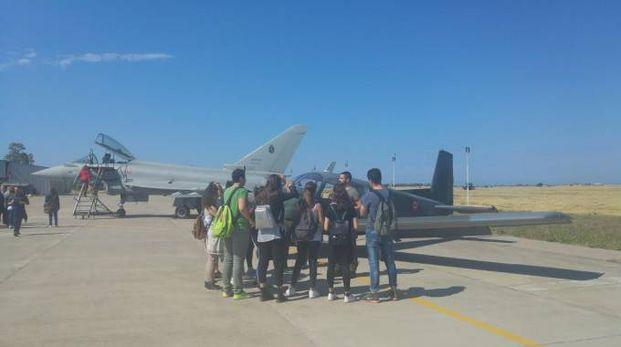 Gli studenti ascoltano le spiegazioni dei piloti