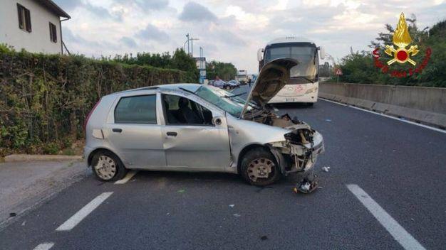 Grave incidente sull'Aurelia a Orbetello, auto incastrata sotto un autobus