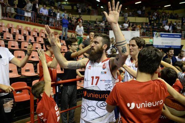 I giocatori dell'Unieuro salutano il pubblico (foto Frasca)