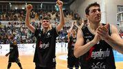 I giocatori della Virtus festeggiano la vittoria (foto Ciamillo-Castoria)