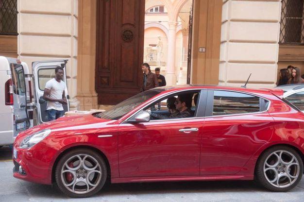 L'Alfa davanti al tribunale di via Farini (Schicchi)