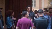 Attori e troupe sotto il portico di via Farini (Schicchi)