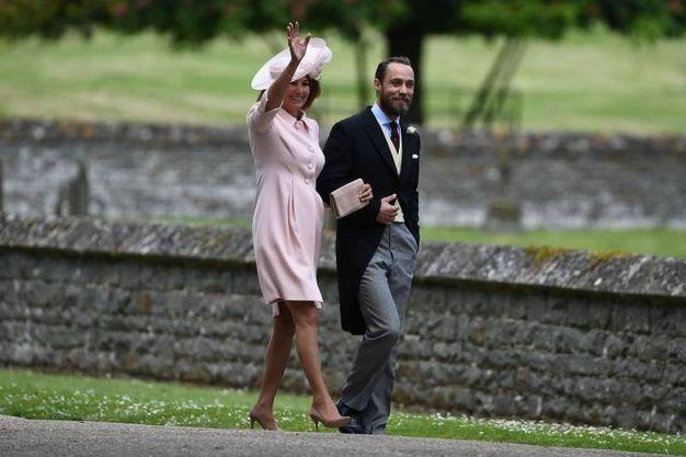 La madre e il fratello della sposa: Carole e James Middleton (Afp)