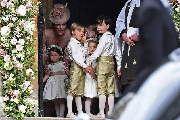 La duchessa di Cambridge, Kate Middleton, con la prinicpessina Charlotte vestita da damigella (Afp)