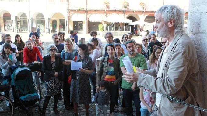 Giorgio Gustavo Rosso incatenato davanti al municipio (Ravaglia)