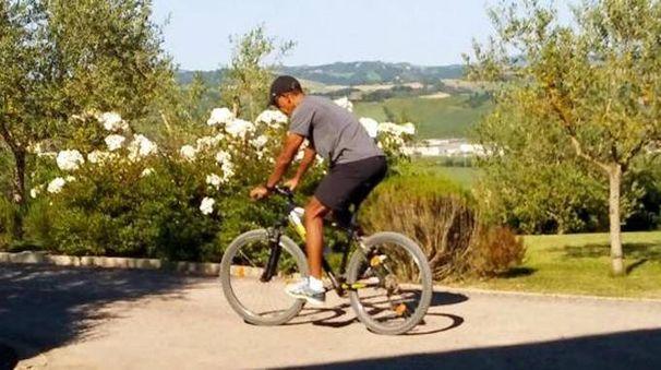 Obama in mountain bike a Borgo Finocchieto (Ansa)