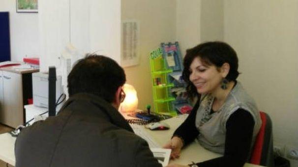Un utente parla con una operatrice al Centro per l'impiego di Pesaro