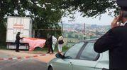 Il corpo del veterinario viene portato via (foto Santini)