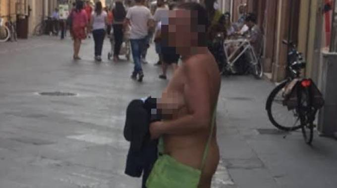 Donna nuda in centro a Rimini