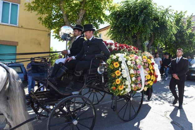 Una carrozza funebre trainata da quattro cavalli ha aperto il corteo funebre di Olindo Pinciaroli, il veterinario ucciso a Osimo (foto De Marco)