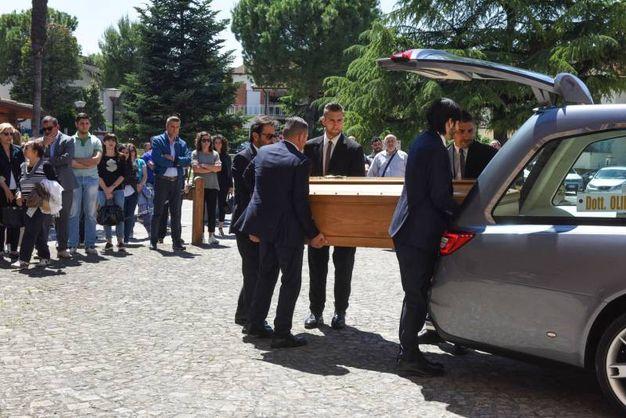Il feretro all'arrivo in chiesa a Montelupone (foto De Marco)