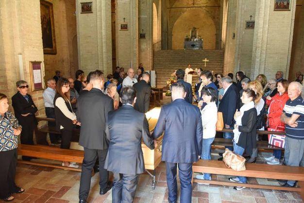 Folla di persone a Montelupone per l'addio a Pinciaroli (foto De Marco)