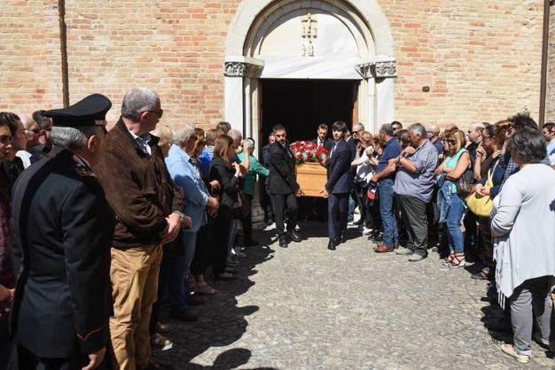L'uscita del feretro in chiesa (foto De Marco)