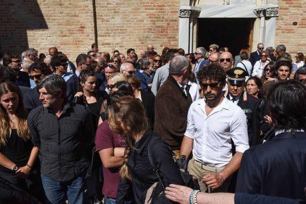 La folla di familiari e amici all'addio a Pinciaroli (foto De Marco)