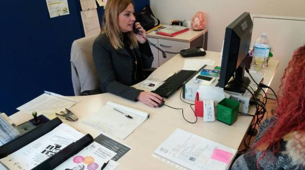 Operatrice del Centro per l'impiego di Pesaro con una utente