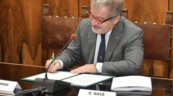 Roberto Maroni firma il decreto (Foto Facebook)