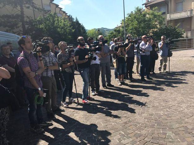 Fotografi e cameramen fuori dalla chiesa di Cagli (Foto Carnali)