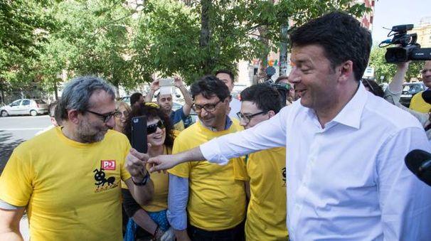 Renzi saluta le magliette gialle (foto LaPresse)