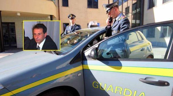 La Guardia di finanza e, nel riquadro, Oreste Giurlani