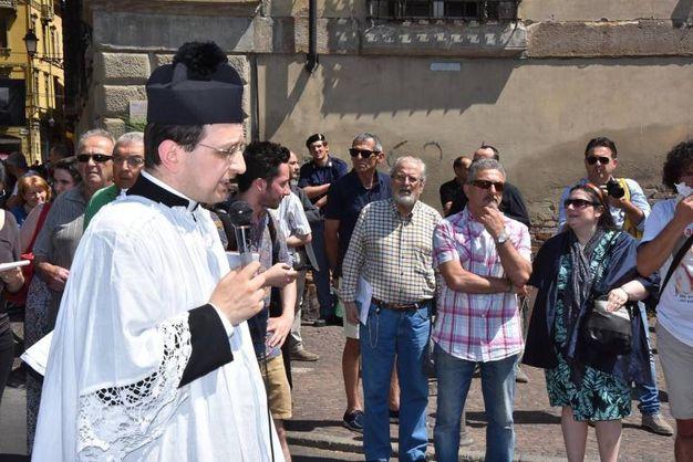Trecento cattolici hanno partecipato alla processione 'di riparazione' nella giornata del gay pride (foto Artioli)