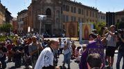 La processione era guidata da don Luigi Moncalero di Treviso (foto Artioli)
