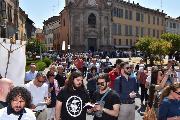 I fedeli hanno attraversato la città scelta per il REmilia pride (foto Artioli)
