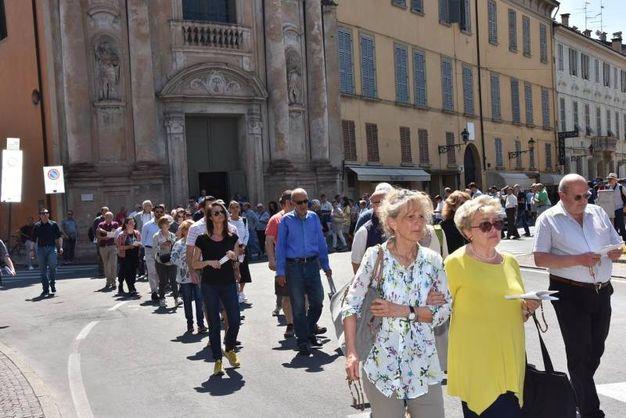 La processione si è snodata da piazza Duca d'Aosta lungo via Emilia Santo Stefano per poi svoltare in corso Garibaldi (foto Artioli)