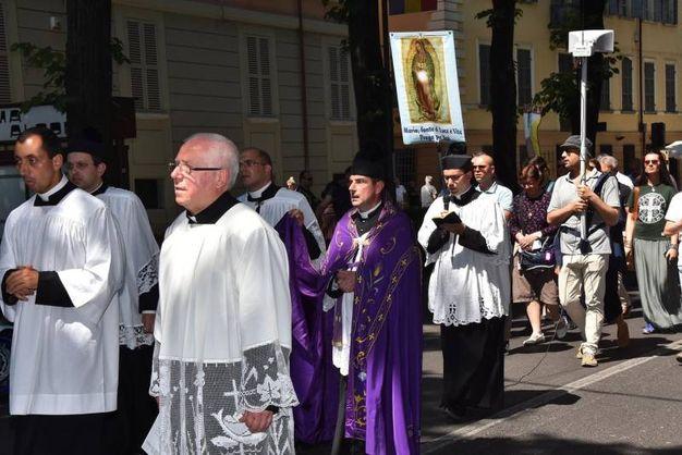 Processione 'di riparazione' al gay pride per le strade di Reggio Emilian (foto Artioli)