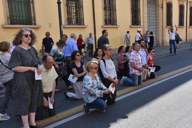 I fedeli si sono inginocchiati davanti alla Basilica della Ghiara (foto Artioli)