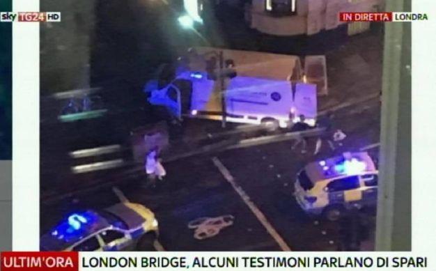 Londra, il pulmino bianco che ha investito i pedoni al London Bridge (Fermo immagine Sky rilanciato dall'Ansa)