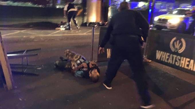 L'attentatore ucciso nello scatto del fotografo Gabriele Sciotto (Afp)