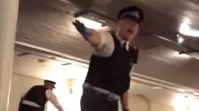 Attentato Londra, polizia in un pub