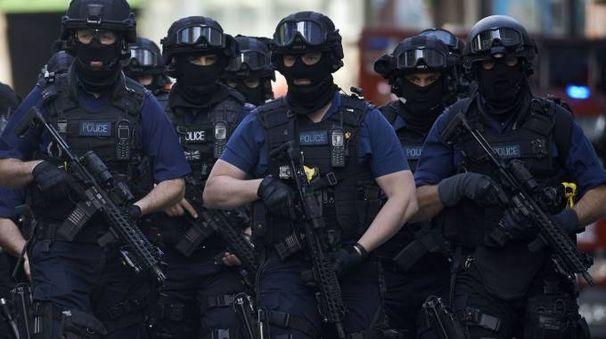 Attentato a Londra, la polizia armata in città