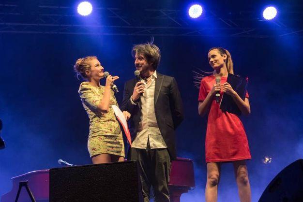 Il conduttore della serata, Paolo Ruffini, con Beatrice Baldagni e Giulia Sola