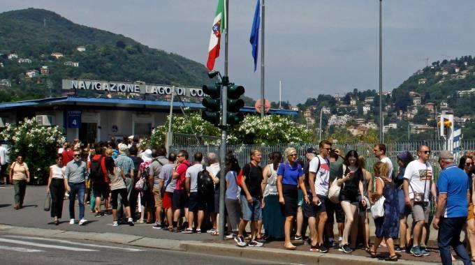 Turisti e cittadini sul lago di Como
