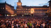 Piazza Maggiore gremita di persone (foto Schicchi)