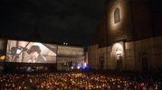 Piazza Maggiore illuminata dalle fiaccole (foto Schicchi)